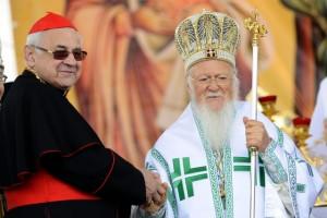 Konstantinopolský patriarcha Bartoloměj, považovaný za nejvyšší autoritu pravoslavné církve, vedl 25. května v Mikulčicích na Hodonínsku bohoslužbu u příležitosti oslav 1150. výročí příchodu věrozvěstů a moravských duchovních patronů Cyrila a Metoděje. Vlevo je kardinál Miloslav Vlk.